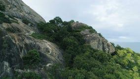 aérien Le bourdon de dévoilement a tiré de la montagne de roche en mer de Hua Hin, Thaïlande Endroit pour le titre/texte banque de vidéos