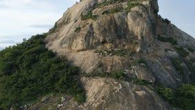 aérien Le tir coulissant lisse de bourdon de grandes roches de pierres et l'eau de mer sur une île étayent en Thaïlande clips vidéos