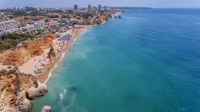 aérien Les roches et les plages s'approchent des plages de Portimao Photos libres de droits