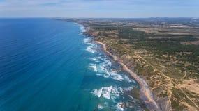 aérien Plage d'Amoreira sur le rivage d'Alzhezur Costa Vicentiva Image stock