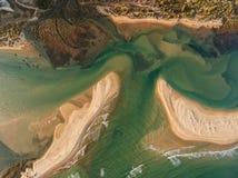 aérien Sandy Bay et vagues filmés du ciel Images libres de droits