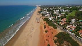 aérien Sandy marche des plages pour le reste de touristes Vale de Lobo clips vidéos