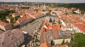 aérien Tir ensoleillé au-dessus de ville Hall Square de Vilnius vieux Photos stock