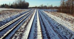 aérien Vol d'appareil-photo des voies de train au haut ciel de coucher du soleil d'hiver 4K clips vidéos