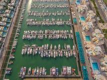 aérien Vue de marina de luxe de port de ciel avec les yachts à la mode Image libre de droits