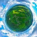 360 aériens vue minuscule panoramique de la planète sur les montagnes sudety avec la ville touristique dans la vallée entourée pa image libre de droits