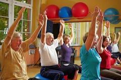 Aérobic dans le groupe en gymnastique Image libre de droits