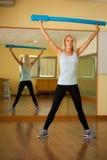 Aérobic de classe de danse de forme physique Femmes dansant énergique heureux dans g Images stock