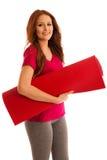 Aérobic - femme avec le tapis prêt à établir d'isolement au-dessus du blanc Photographie stock libre de droits