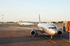 Aérodrome d'aéroport Borispol et d'avions de attente Photo stock