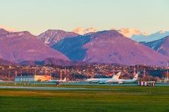 Aérodrome d'aéroport international de Sotchi sur le fond du mountai Images libres de droits