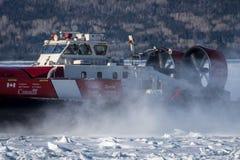 Aéroglisseur canadien de la garde côtière sur la mission icebreaking sur la côte atlantique photos libres de droits