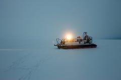 Aéroglisseur dans le brouillard et neige chez le lac Baïkal Photo stock