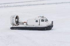 Aéroglisseur de bateau sur la neige blanche de glace en hiver Photo libre de droits