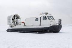 Aéroglisseur de bateau sur la neige blanche de glace en hiver Image stock