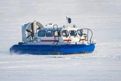 Aéroglisseur de délivrance sur la glace couverte de neige Photographie stock libre de droits