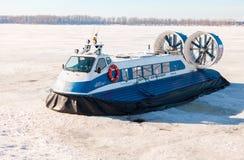 Aéroglisseur de passager sur la glace de la Volga congelée en Sam Photographie stock