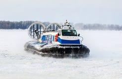 Aéroglisseur de passager sur la glace de la Volga congelée dans la victoire Image libre de droits