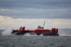 Aéroglisseur du garde côtier sur la mission de sauvetage Photographie stock libre de droits