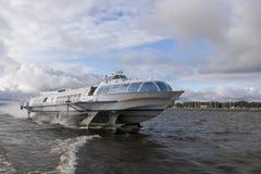 Aéroglisseur en rivière, peterburg de St Photo stock