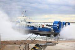 Aéroglisseur entrant dans la mer Photos libres de droits