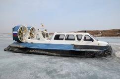 Aéroglisseur, navire pour pour le mouvement sur la glace, sur le dock dans le grand village de Goloustnoye Images libres de droits