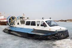 Aéroglisseur, navire pour pour le mouvement sur la glace, sur le dock dans le grand village de Goloustnoye Image libre de droits