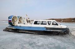 Aéroglisseur, navire pour pour le mouvement sur la glace, sur le dock dans le grand village de Goloustnoye Photographie stock libre de droits