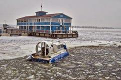 Aéroglisseur pour traverser une rivière de congélation. Photographie stock libre de droits