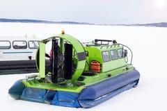 Aéroglisseur se tenant sur un lac congelé Photo stock