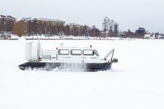 Aéroglisseur se tenant sur un lac congelé Photo libre de droits