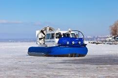Aéroglisseur sur la banque d'une rivière congelée Images stock