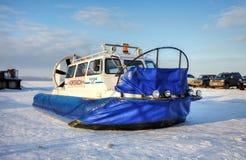 Aéroglisseur sur la glace de la rivière congelée Images libres de droits
