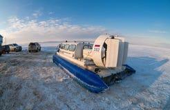 Aéroglisseur sur la glace de la rivière congelée Photos libres de droits