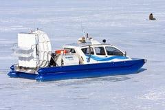 Aéroglisseur sur la glace de la Volga congelée en Samara Photos stock