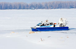 Aéroglisseur sur la glace de la Volga congelée en Samara Photographie stock libre de droits
