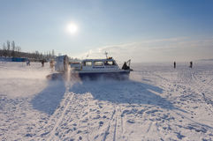 Aéroglisseur sur la glace de la Volga congelée en Samara Images stock