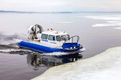 Aéroglisseur sur la glace de la Volga congelée en Samara, Russi Photographie stock