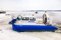 Aéroglisseur sur la glace de la Volga congelée en Samara, Russi Photo libre de droits