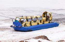 Aéroglisseur sur la glace de la Volga congelée en Samara, Russi Photographie stock libre de droits