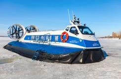 Aéroglisseur sur la glace de la Volga congelée en Samara, Russi Image stock