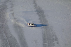 Aéroglisseur sur la rivière de glace Image libre de droits
