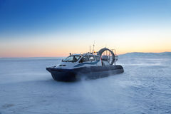 Aéroglisseur sur le Baikal Photos libres de droits