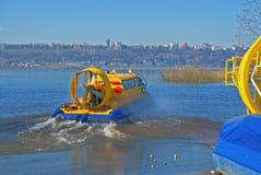 Aéroglisseur sur un fleuve Photos stock