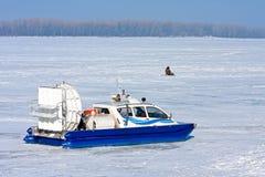 Aéroglisseur traversant le fleuve congelé Images libres de droits