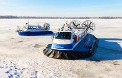 Aéroglisseurs de passager sur la glace de la Volga congelée à SA Photos stock