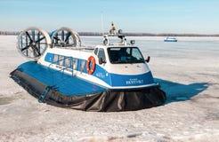 Aéroglisseurs de passager sur la glace de la Volga congelée à SA Image stock