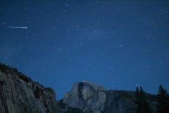 Aérolithe d'Eta Aquariids et météores jumeaux au-dessus de demi dôme Photographie stock libre de droits