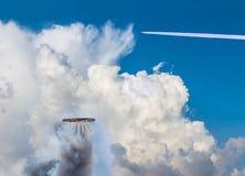 Aérolithe de fusée de cercle de la Thaïlande décollant au beau nuage de ciel, tempête, nuages de ciel d'orage, COM Photo libre de droits