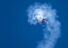 Aéronefs acrobatiques aériens dans une rotation Image stock